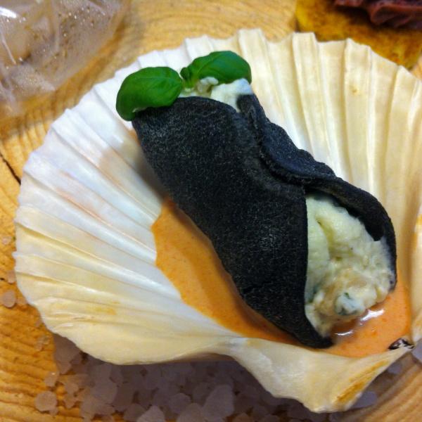 Cannolo di pasta nera con ripieno di ricotta cappesante e basilico