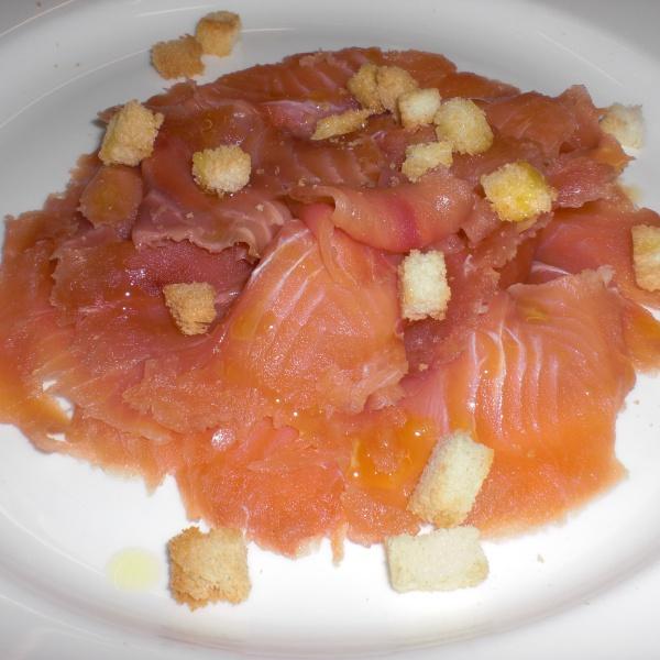 Carpaccio di salmone leggermente affumicato e marinato con agretti con crostini e burro al pepe sheguan