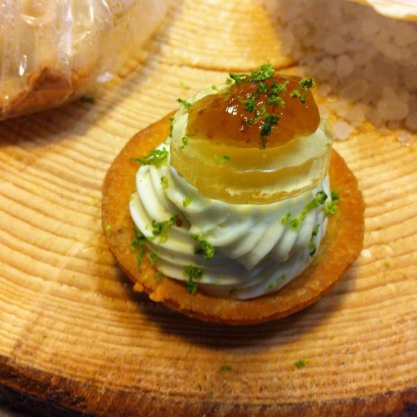 Cheese cake al formaggio morbido e gorgonzola dolce su gelatina di moscato redolce e biscotto al pecorino con crema di fichi al profumo di lime