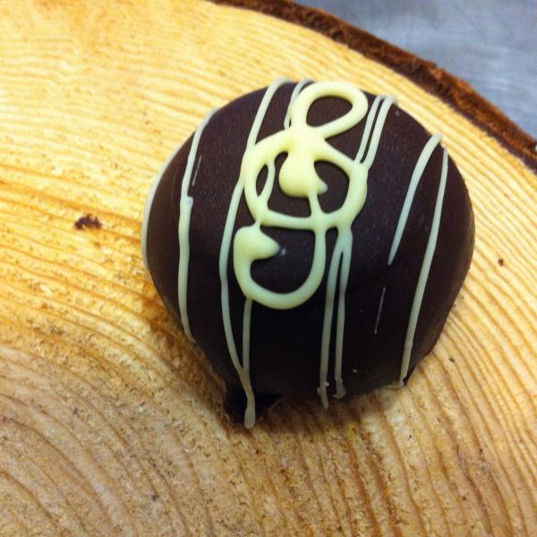 Cupola al cioccolato con pera sciroppata e crema inglese