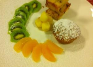 Sformatino di panettone e cioccolato bianco con giardinetto d frutta fresca