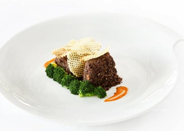 Trancio Di Pesce Spada In Crosta Di Pisticchi E Olive Nere