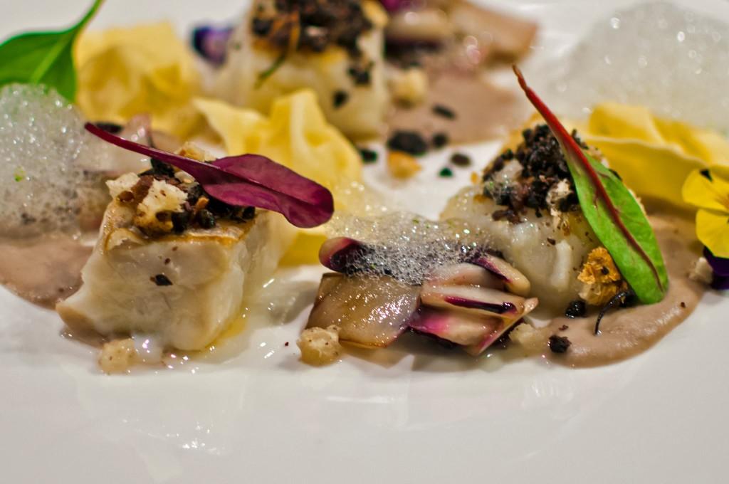 tranci di merluzzo fresco alla santoreggia, crumble di pane integrale alle olive nere, tortelli case
