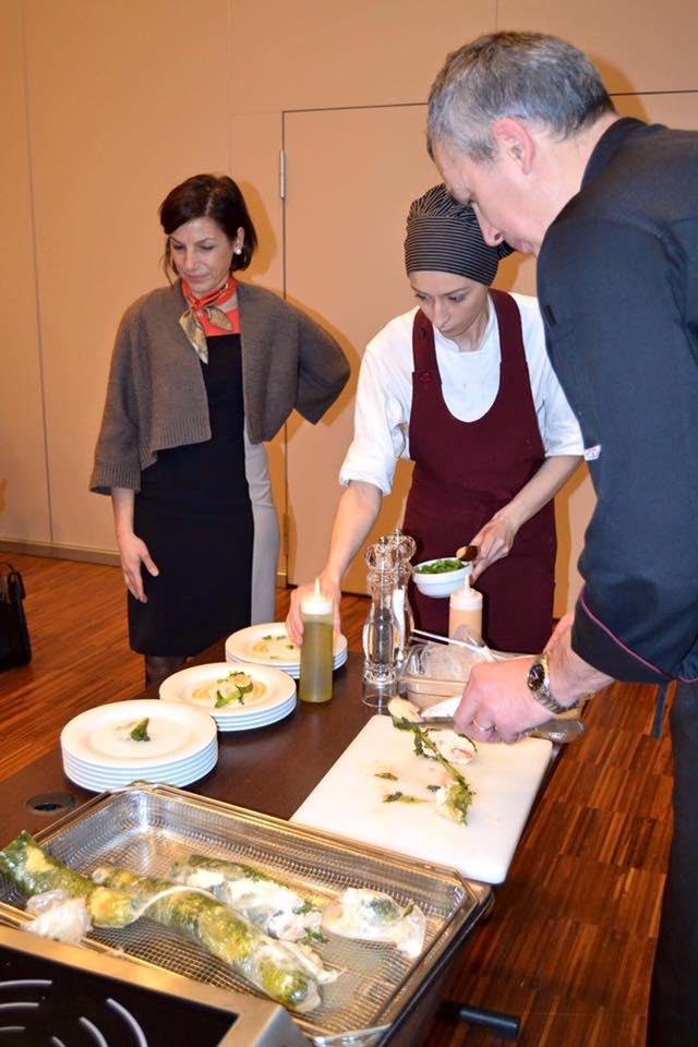da sinistra, Elena Pancotti (referente corsi cucina fascia gialla e rossa), Assistente collaboratric